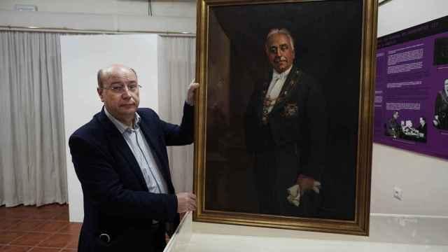 Francisco Durán, director del Patronato Niceto Alcalá-Zamora y Torres muestra el primer retrato oficial del presidente de la II República española.