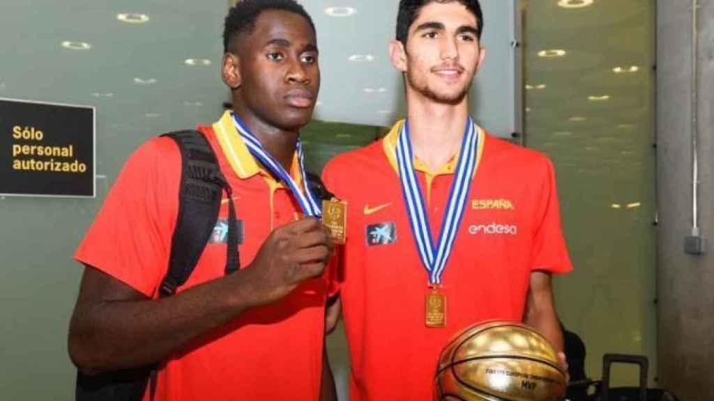 Usman Garuba y Santi Aldama posando con el título de la Selección sub18