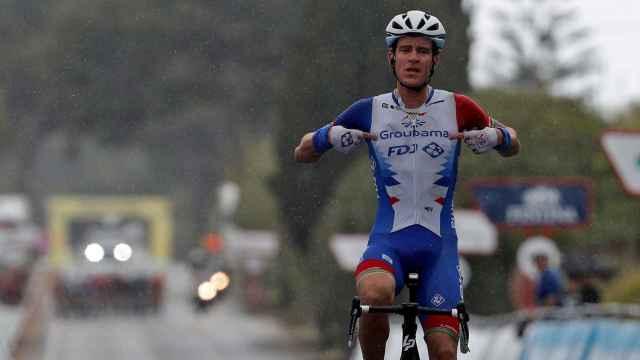 Miles Scotson celebra su victoria en la primera etapa de la Volta a la Comunitat Valenciana