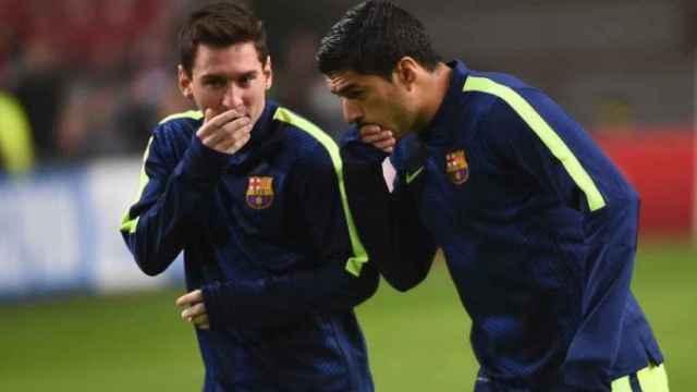 Leo Messi y Luis Suárez, tapándose la boca para evitar que les lean los labios durante su etapa en el Barça