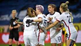 Megan Rapinoe, Alex Morgan y la selección de Estados Unidos de fútbol femenino celebran un gol