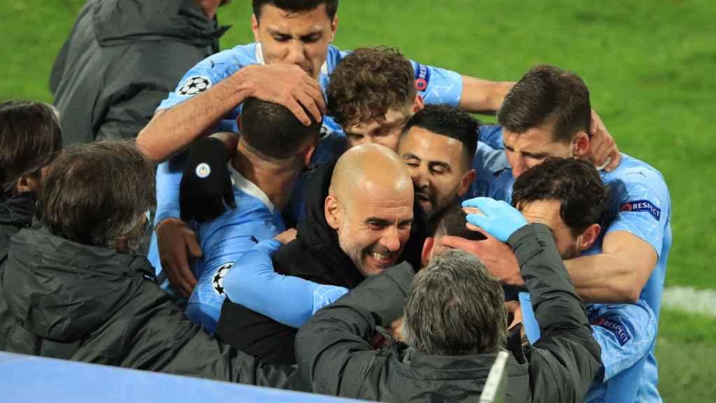 Los jugadores del Manchester City celebran el pase a semifinales con Pep Guardiola