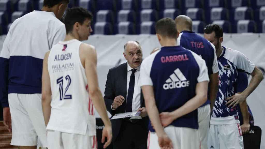 Pablo Laso dando indicaciones a los jugadores del Real Madrid
