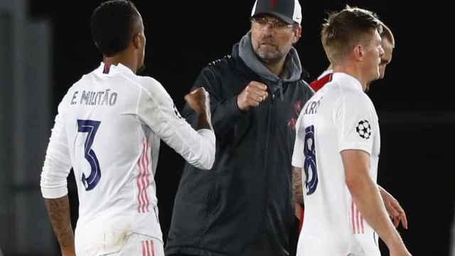 Militao saludando a Jürgen Klopp