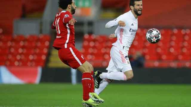 Mohamed Salah golpea a Nacho para robarle el balón