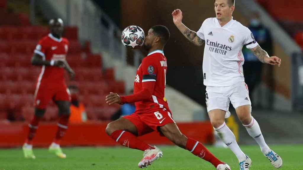 Georginio Wijnaldum evita la presión de Toni Kroos