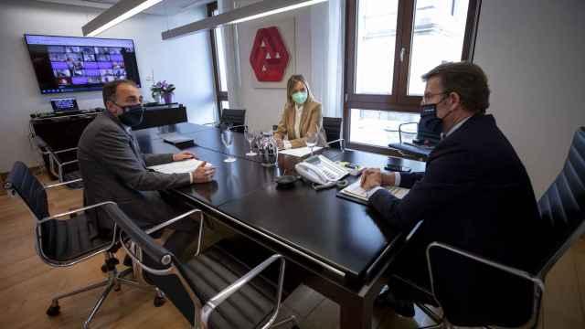 El presidente de la Xunta de Galicia, Alberto Núñez Feijóo, en la reunión del comité clínico junto al consejero de Sanidad, Julio García Comesaña, y la consejera de Política Social, Fabiola García.