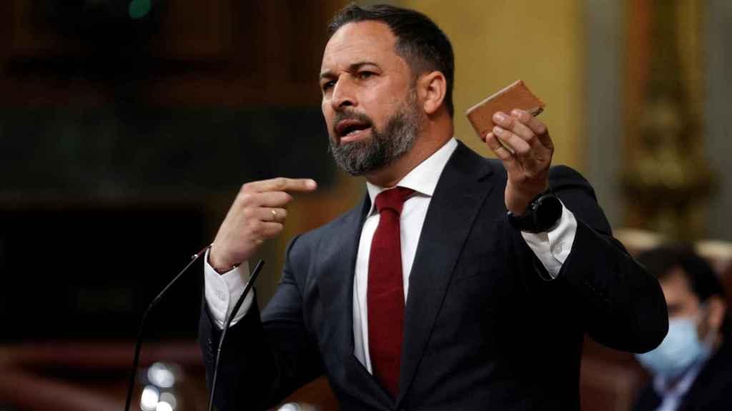 Santiago Abascal muestra en el estrado del Congreso uno de los adoquines arrojados en Vallecas.