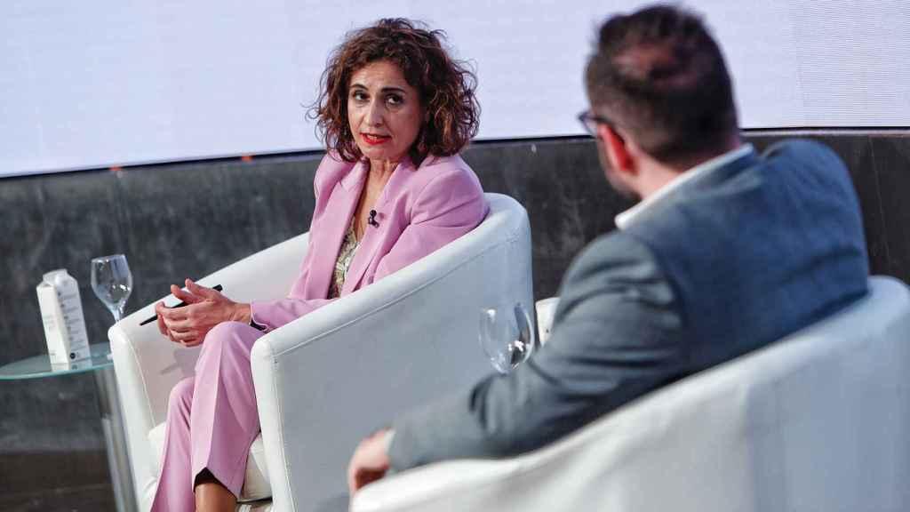 La ministra María Jesús Montero conversa con el periodista Eduardo Ortega Socorro en 'Wake up, Spain!'