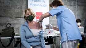 La ex presidenta de la Comunidad de Madrid, Esperanza Aguirre, recibe la primera dosis de la vacuna contra la Covid-19.