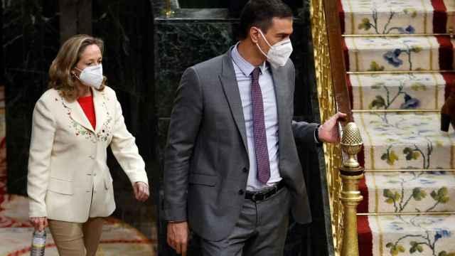 Pedro Sánchez y Nadia Calviño, entrando en el hemiciclo del Congreso de los Diputados, este miércoles.
