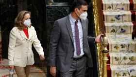 Pedro Sánchez y Nadia Calviño, entrando en el hemiciclo del Congreso de los Diputados.