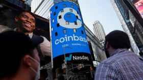 Pantallas publicitarias en Nueva York por el estreno de Coinbase en bolsa.