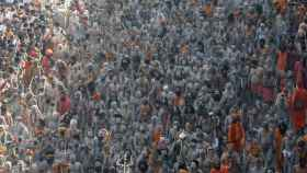 Naga Sadhus participan en la procesión para bañarse en el Ganges durante el Kumbh Mela.