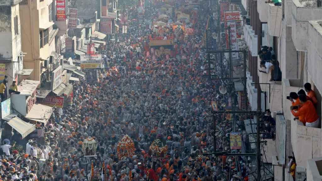 Naga Sadhus participan en una procesión antes de bañarse en el Ganges durante el Kumbh Mela.