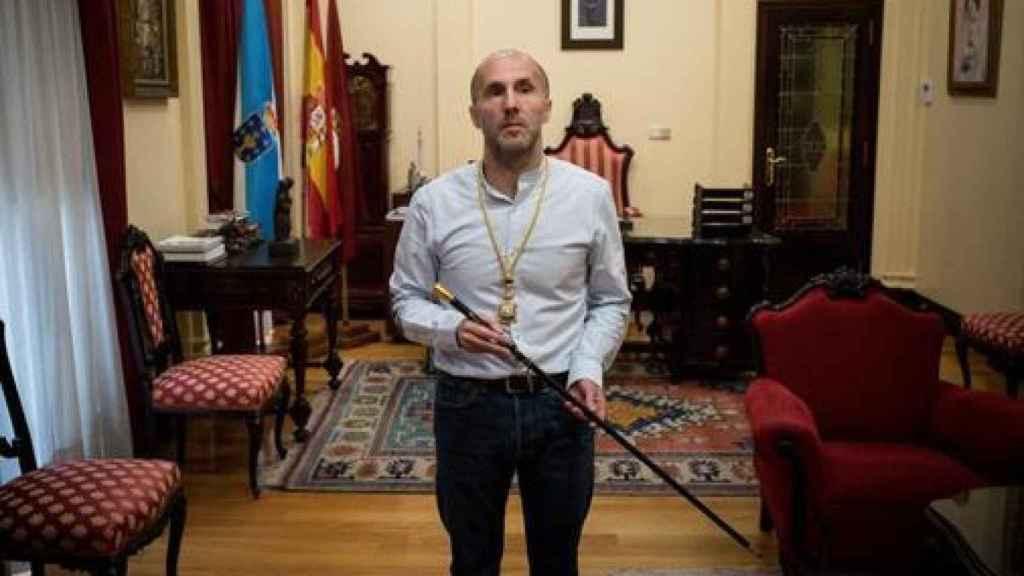 El alcalde de Orense, Gonzalo Pérez Jácome, con el bastón de mando de la ciudad.