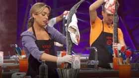 Los aspirantes, preparando la lamprea.