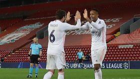 Nacho y Militao celebran en Anfield