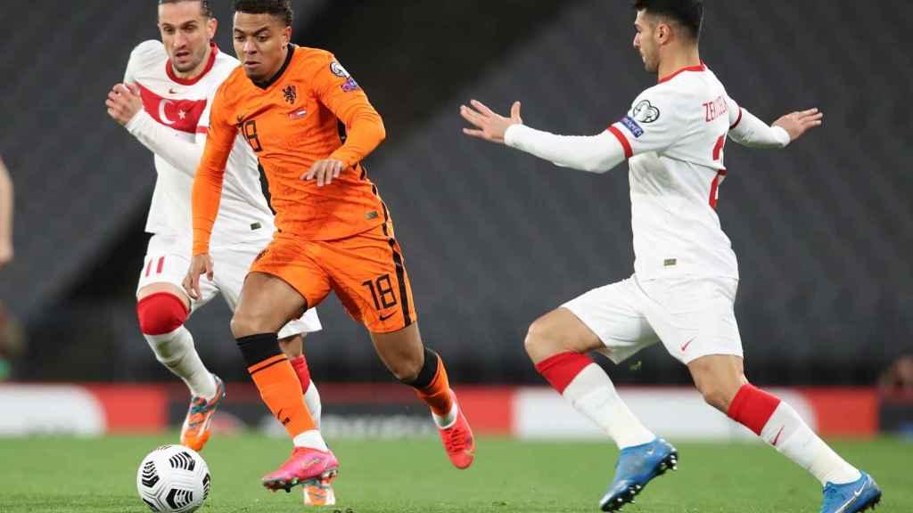 Donyell Malen, jugando con la selección de Países Bajos