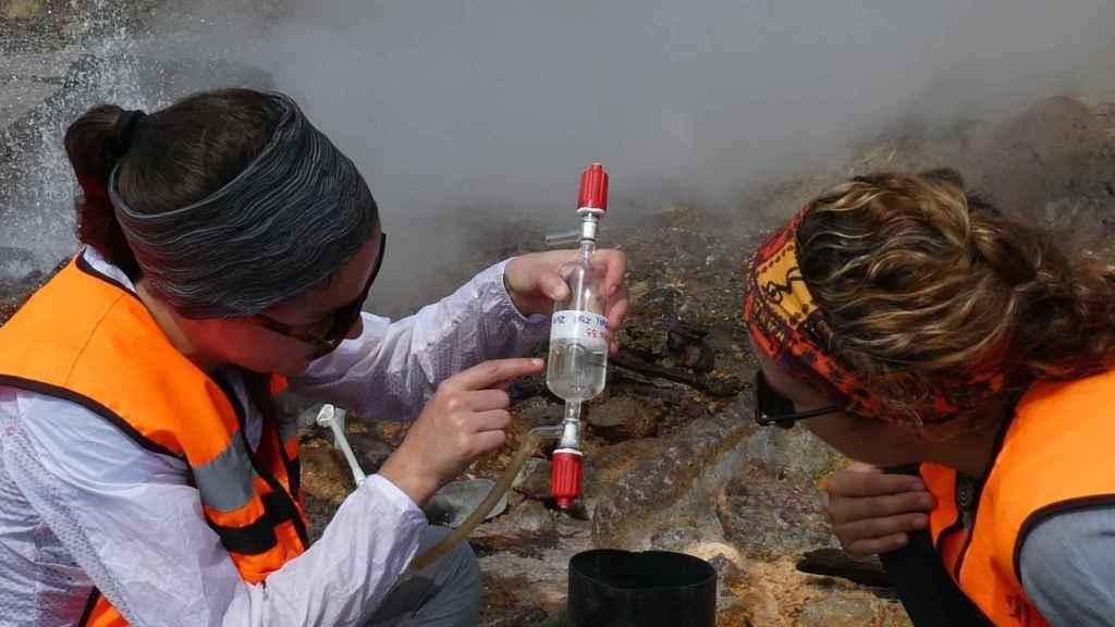 Científicos de INVOLCAN en el interior del cráter del volcán Taal