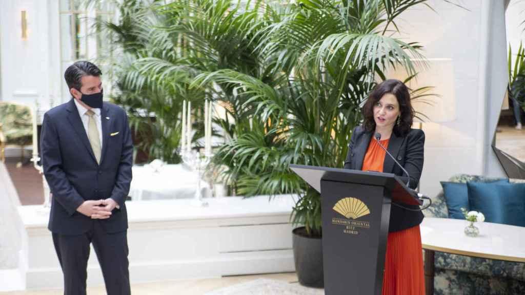 Greg Liddell, General Manager de Mandarin Oriental Ritz de Madrid y la presidenta de la Comunidad de Madrid, Isabel Díaz Ayuso.