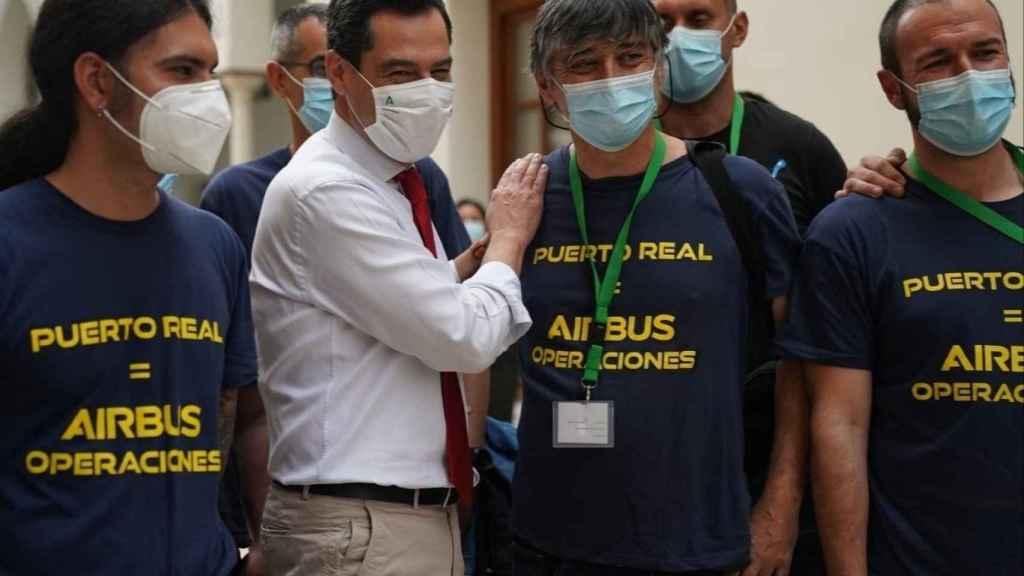 El presidente de la Junta de Andalucía, Juanma Moreno, con trabajadores de Airbus.