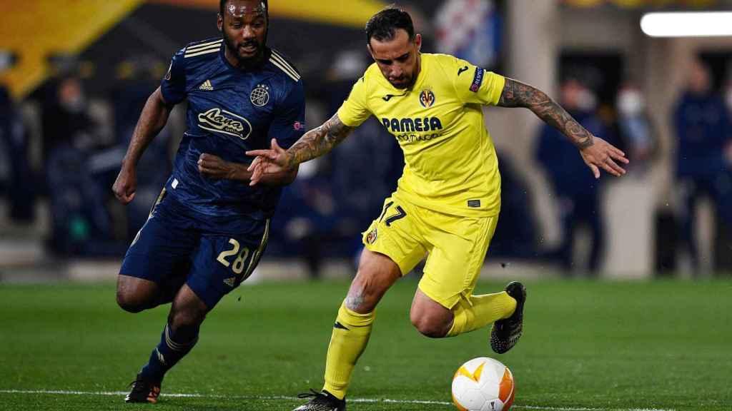 Paco Alcácer pelea un balón con el Villarreal