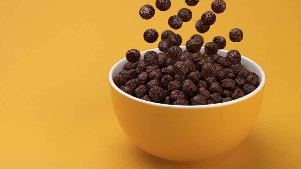 Un cuenco de cereales de chocolate.
