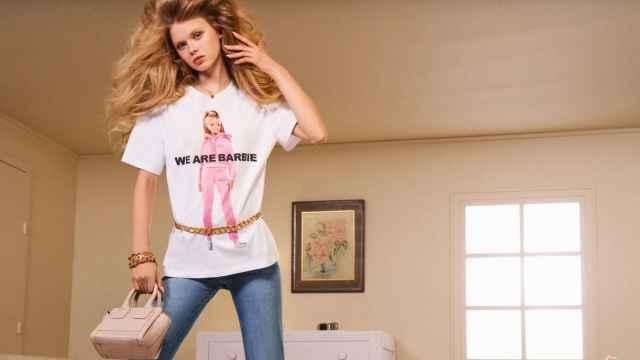 Esta es una de las camisetas de manga corta de la colección Barbie x Zara.