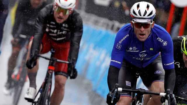 Arnaud Demare, entrando por delante de Caleb Ewan en la segunda etapa de la Volta a la Comunitat Valenciana
