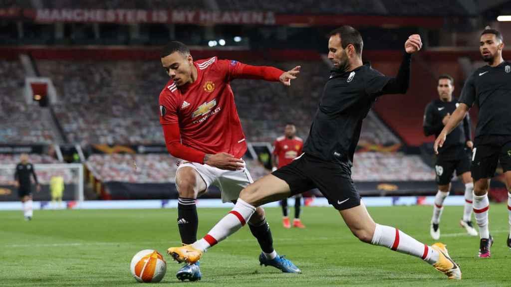 Víctor Díaz despejando un balón contra el Manchester United