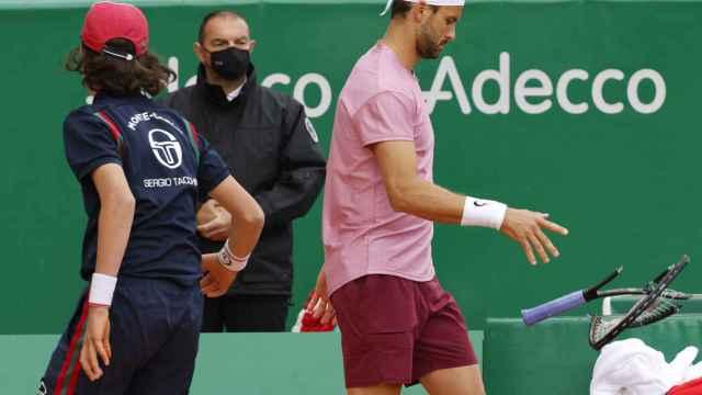 Grigor Dimitrov rompe la raqueta en su partido ante Rafa Nadal en el Masters 1000 de Montecarlo