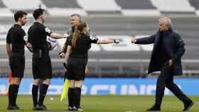 Mourinho y Solskjaer saludan al trío arbitral tras el Tottenham-United