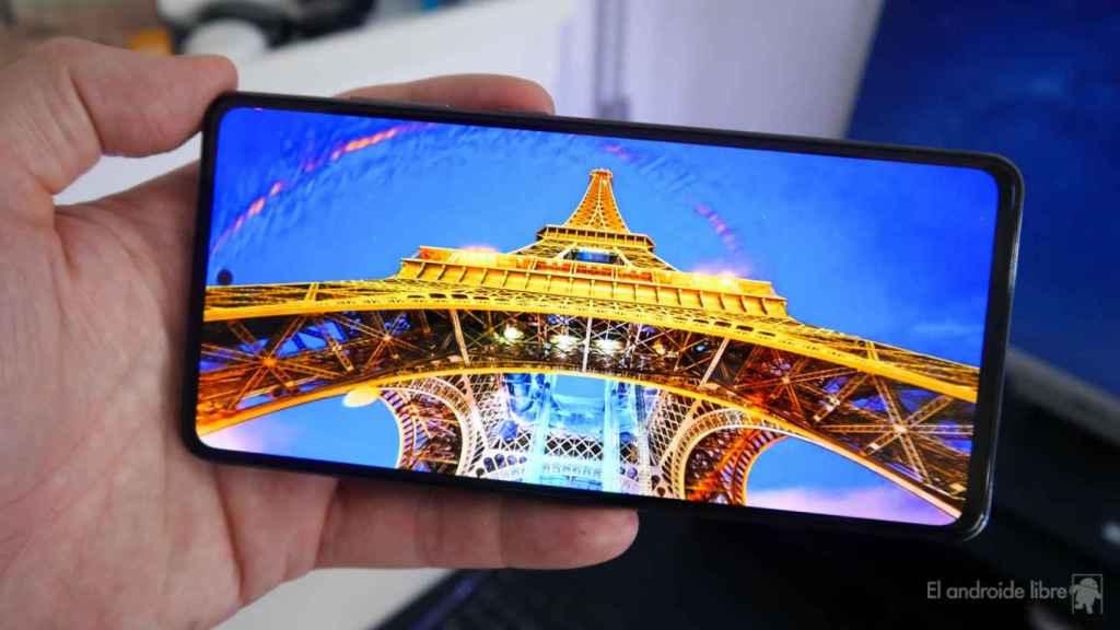Móvil de Samsung reproduciendo multimedia