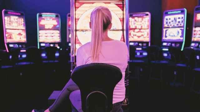 Una mujer en una sala de juego.