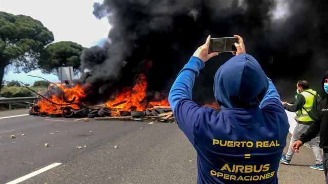 Un trabajador en una protesta por el cierre de la planta de Airbus en Puerto Real.