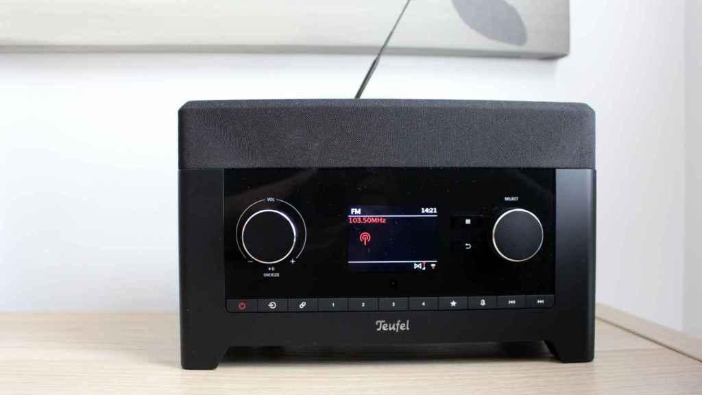 La RADIO 3SIXTY de Teufel con una emisora de radio puesta.