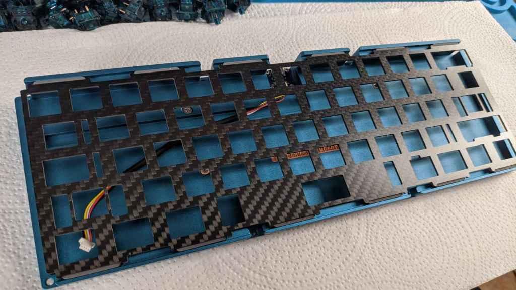 Proceso del montaje de un teclado mecánico.