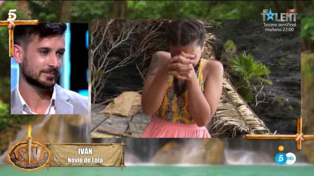 Lola llorando ante el mensaje de su pareja, tras hundirse al llegar a Playa Destierro.