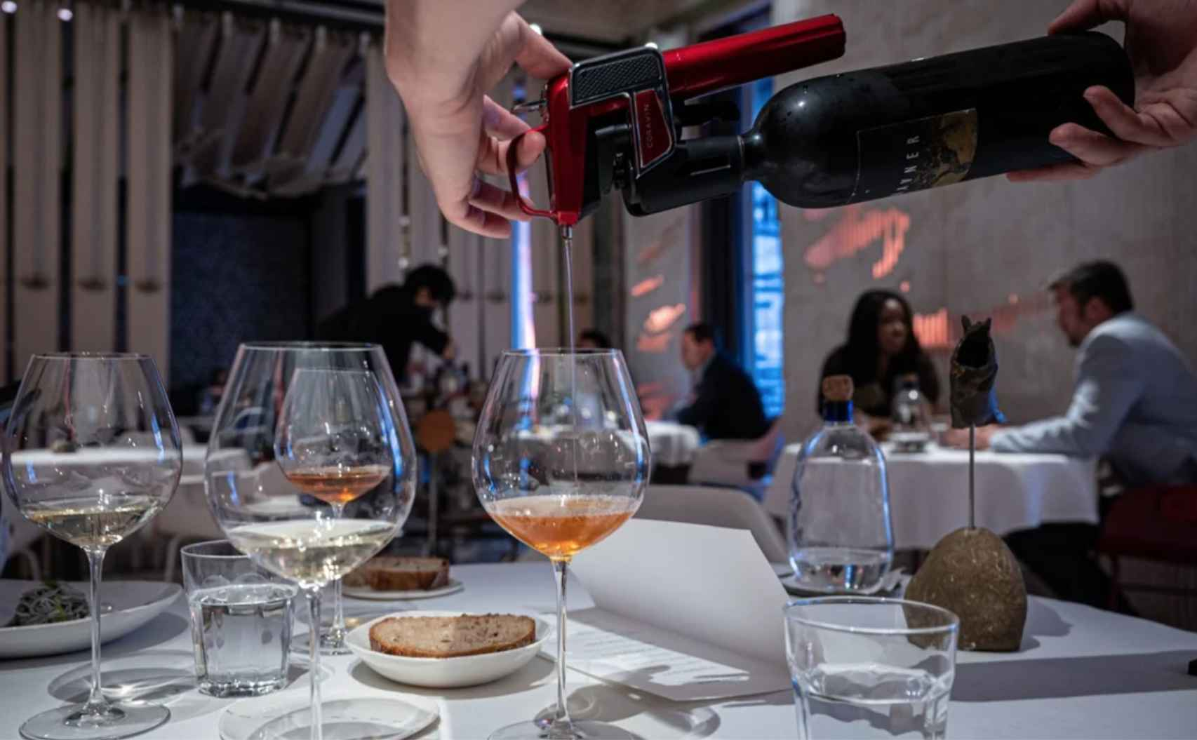 Servicio de vinos con Coravin en el restaurante Alkimia de Barcelona.