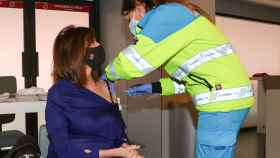 Ana Rosa Quintana recibiendo la vacuna en un montaje de JALEOS.