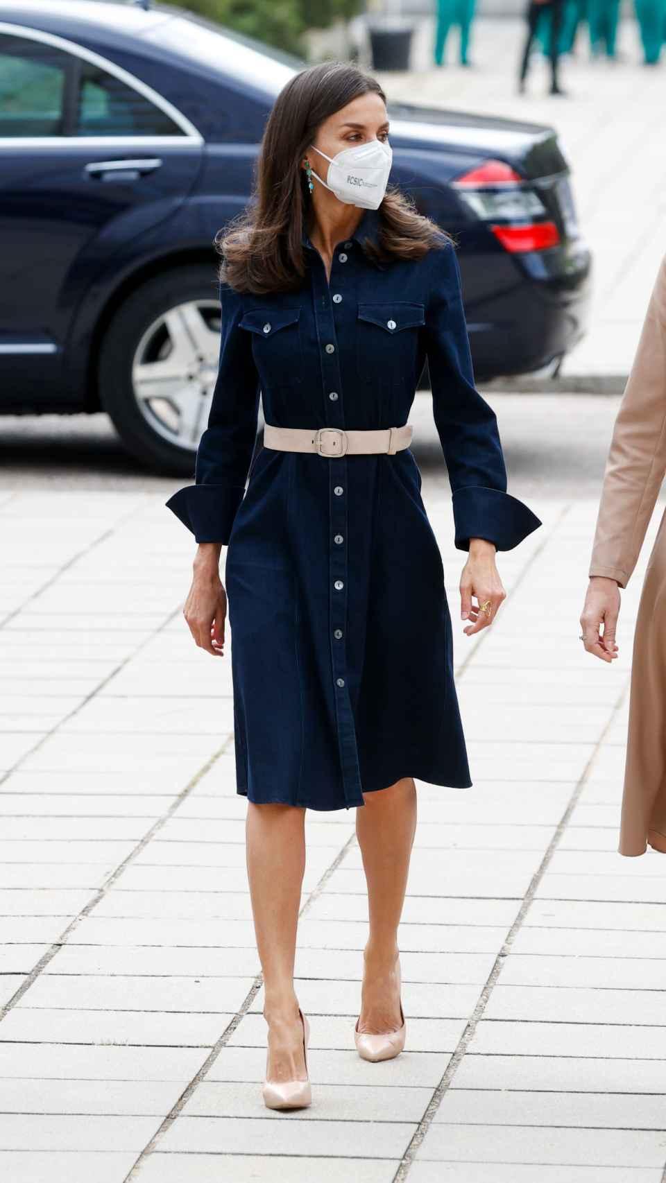 El 'look' de la Reina para su último acto de la semana.