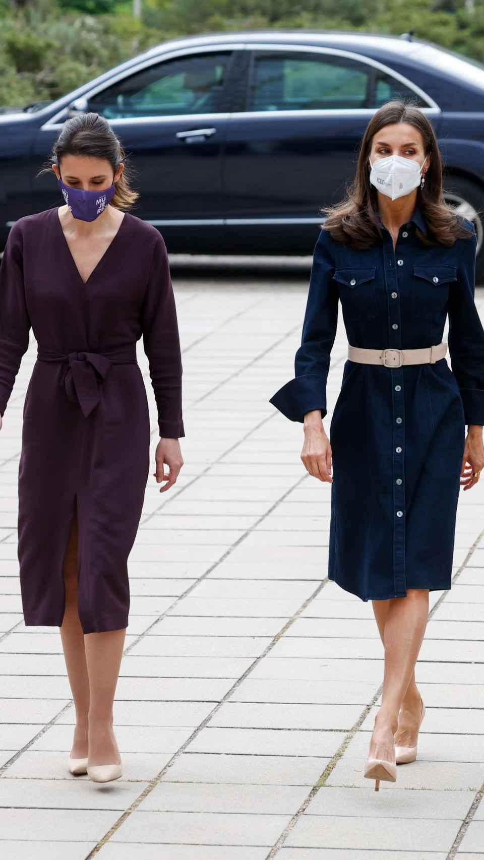Irene Montero junto a la Reina luciendo unos tacones muy parecidos.