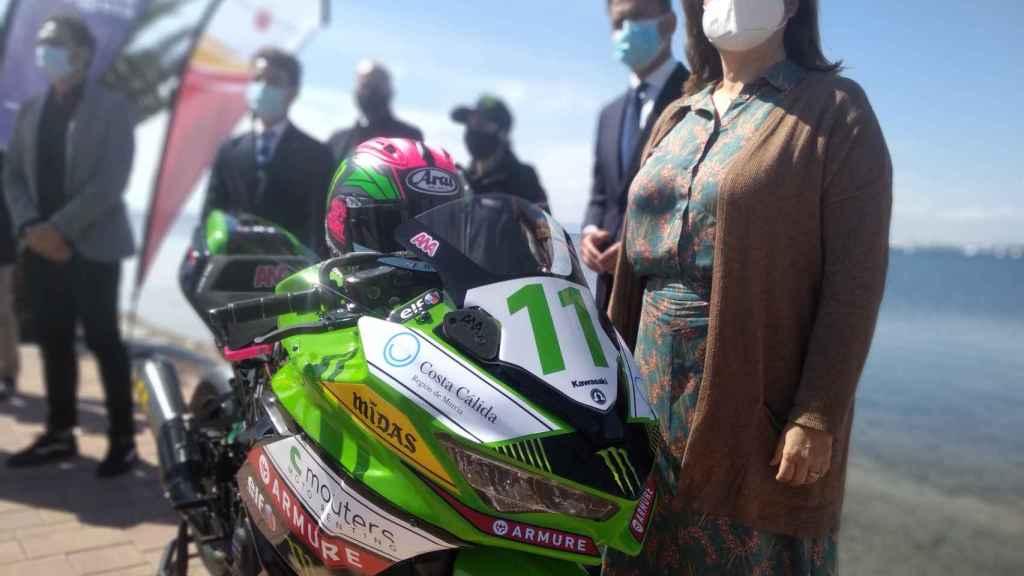 La marca turística  Costa Cálida en el frontal de la moto de Ana Carrasco.