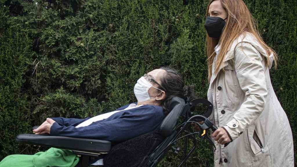 Sandra pasea a su hermana, este pasado miércoles, por la residencia en la que Isa se encuentra.
