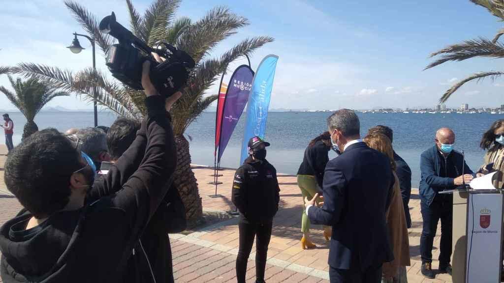 La presentación del patrocinio de Costa Cálida ha tenido lugar al lado del Mar Menor.