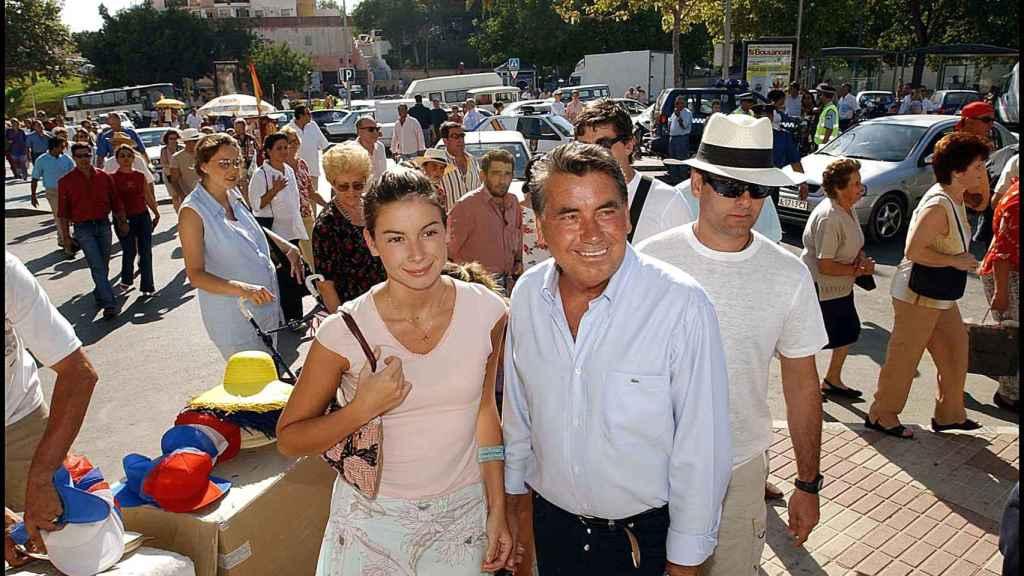 Alba junto a su padre en julio de 2002.