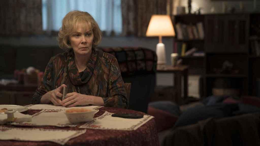 Jane Smart interpreta a la madre de Mare en la serie.