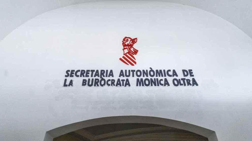 Redecoración del rótulo del edificio de Mónica Oltra 'okupado' por el Frente Obrero.
