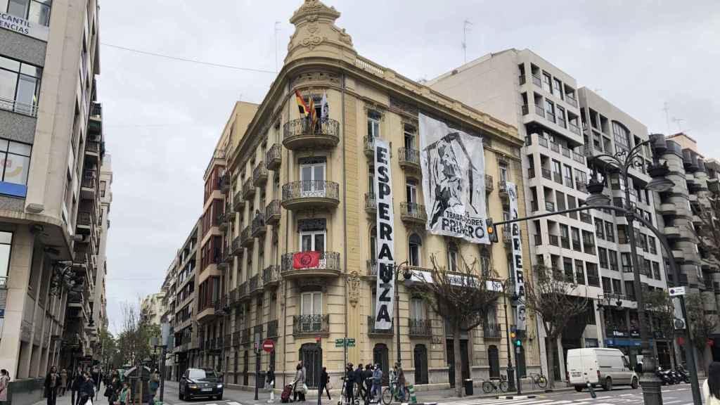 Fachada del edificio 'okupado' en el centro de Valencia. EE
